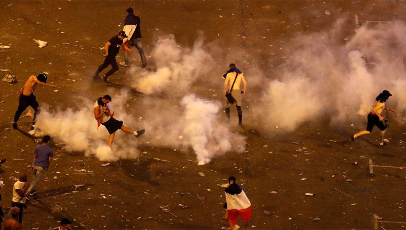 Chuligani atakowali policjantów, ci odpowiedzieli gazem łzawiącym (fot. PAP/EPA/GUILLAUME HORCAJUELO)