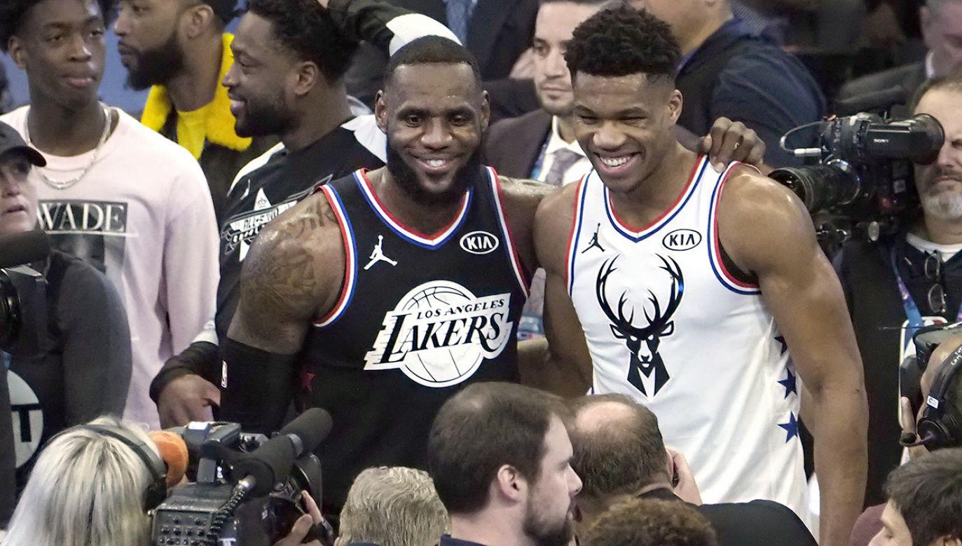 Kapitanowie drużyn LeBron James i Giannisa Antetokounmpo (fot. PAP/EPA/JOHN G MABANGLO)