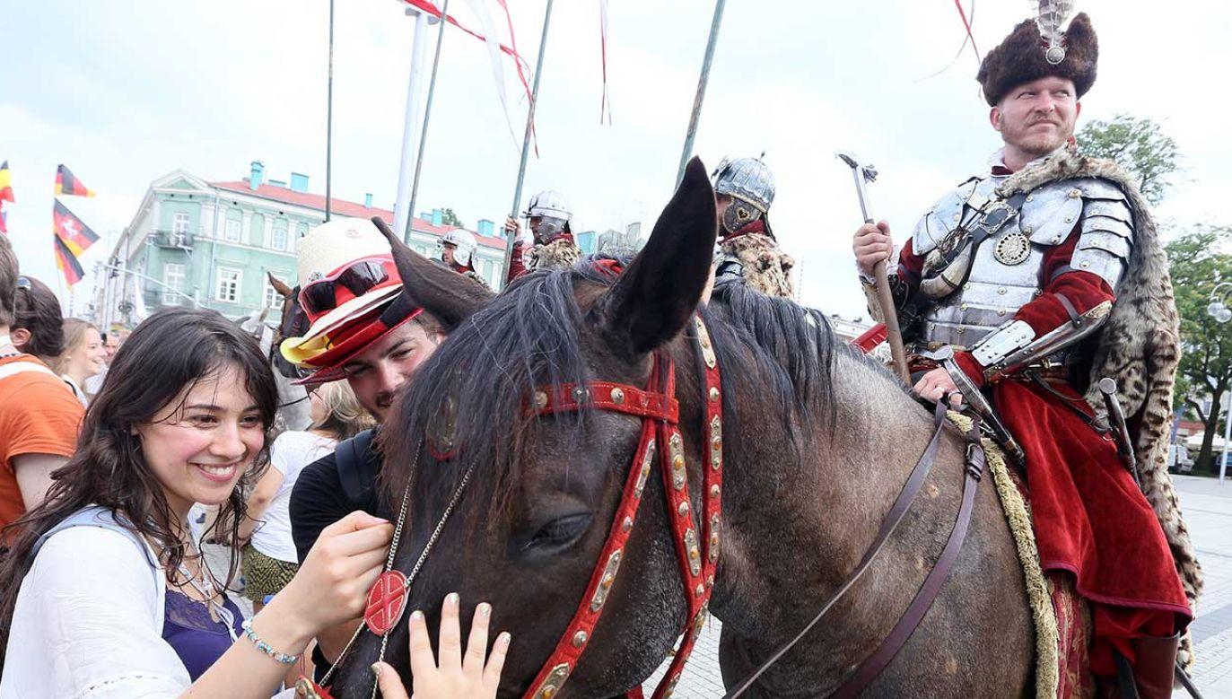 W korowodzie udział wezmą grupy przedstawiające tradycję narodową (fot. arch. PAP/Waldemar Deska)