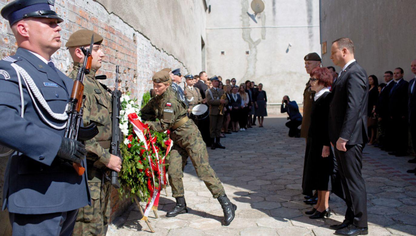 Prezydent Andrzej Duda składa wieniec w ramach obchodów 70. rocznicy śmierci rotmistrza Witolda Pileckiego (fot. PAP/Adam Guz)
