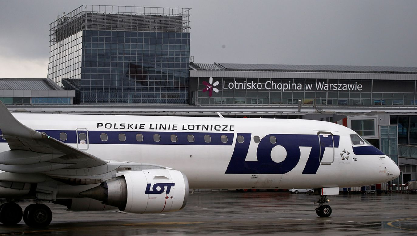 Samolot Embraer ERJ-195LR na Lotnisku Chopina w Warszawie (fot. REUTERS/Kacper Pempel)