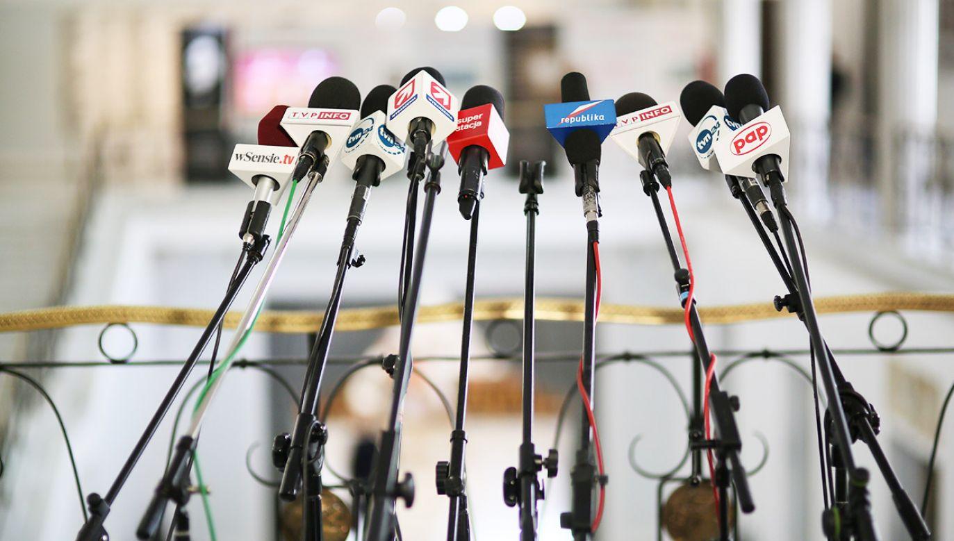 """""""Każdy polityk powinien odpowiadać na pytania dziennikarzy, nawet gdy uważa pytania za stronnicze"""", twierdzi senator Libicki (fot. arch.PAP/Leszek Szymański)"""