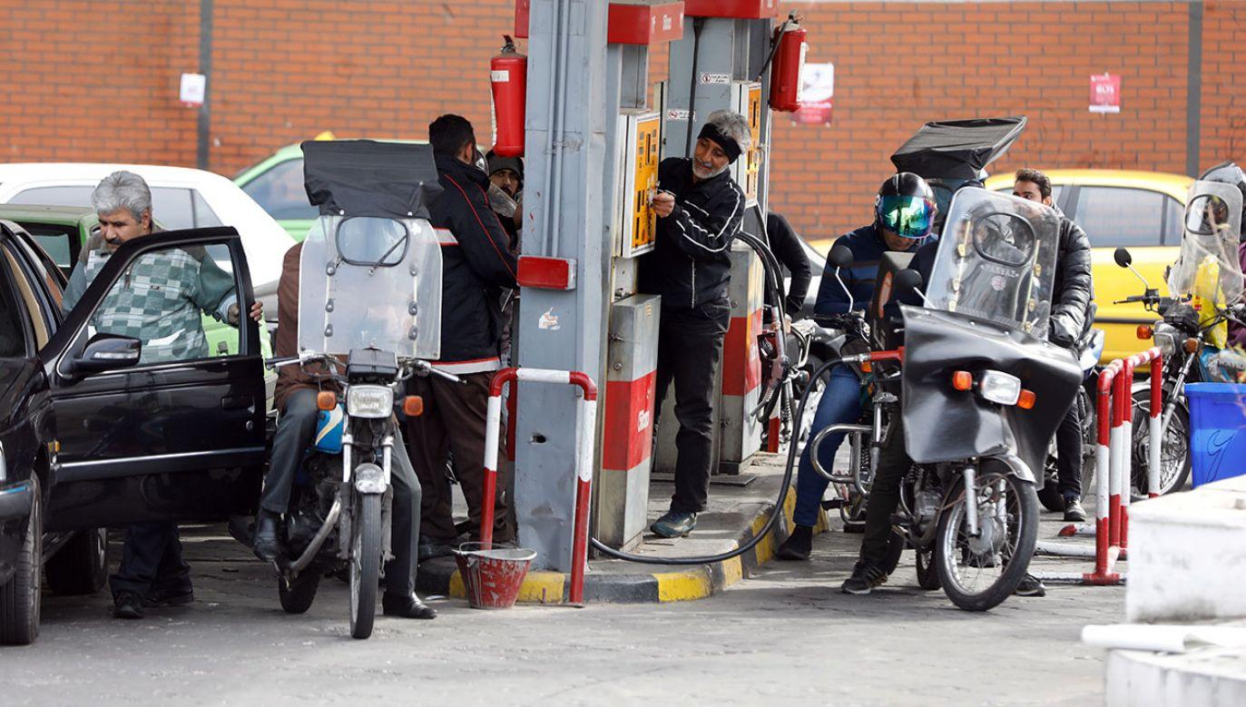 Cena ropy spada, a zapasy rosną. Zaniepokojeni eksporterzy mogą podjąć decyzję o ograniczeniu dostaw (fot. PAP/EPA/ABEDIN TAHERKENAREH)