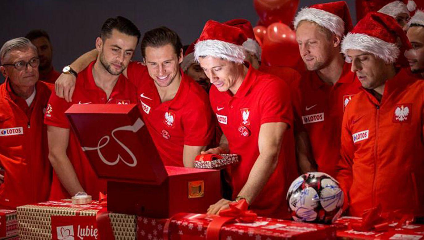 Piłkarze  pomogli potrzebującym rodzinom (fot. Szlachetna Paczka)