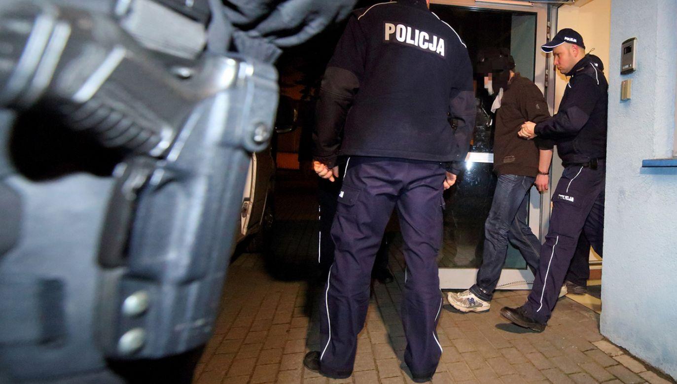 Nożownik wyprowadzany przez policję po przesłuchaniu w prokuraturze w Ostrowie Wlkp (fot. PAP/Tomasz Wojtasik)