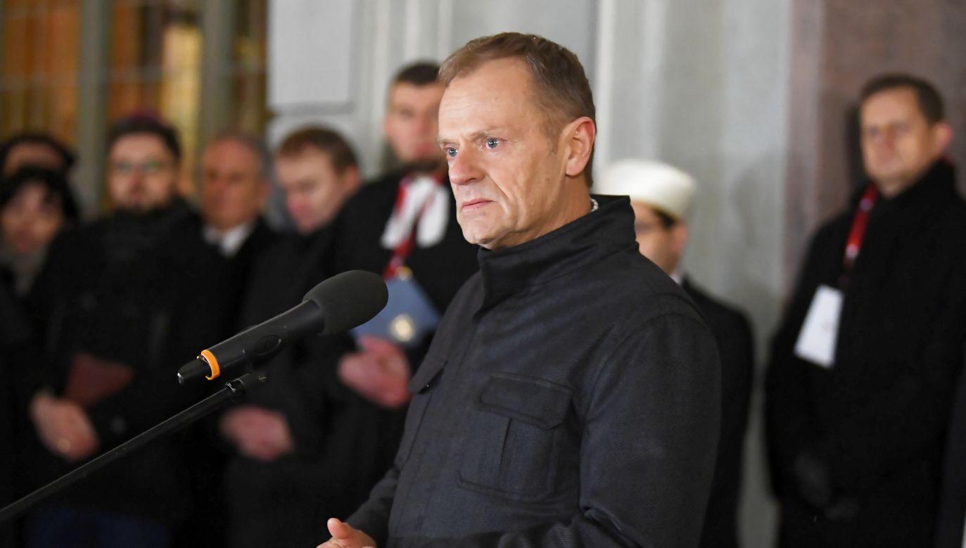 Donald Tusk podczas wiecu poświęconego pamięci zmarłego prezydenta Gdańska (fot. PAP/Adam Warżawa)
