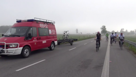 Mundur na rowerze. Pokonując kilometry, pomagają rannym kolegom