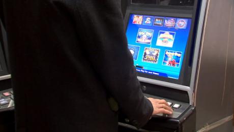 """W szponach hazardu. """"Rynek automatów schodzi do podziemia"""""""