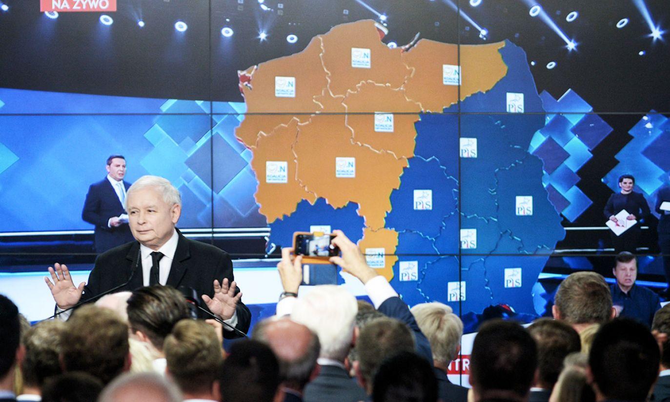 Prezes PiS Jarosław Kaczyński (2L) podczas wieczoru wyborczego KW Prawo i Sprawiedliwość (fot. PAP/Jakub Kamiński)