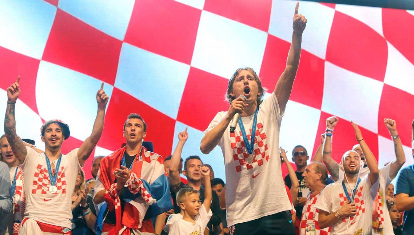 Członkowie chorwackiej reprezentacji piłkarskiej świętują wraz ze swoimi kibicami po przybyciu do Zagrzebia (fot.  PAP/EPA/ANTONIO BAT)