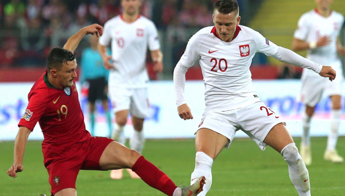 Piotr Zieliński (P) i Mario Rui (L) podczas meczu piłkarskiej Ligi Narodów w Chorzowie (fot. PAP/Andrzej Grygiel)