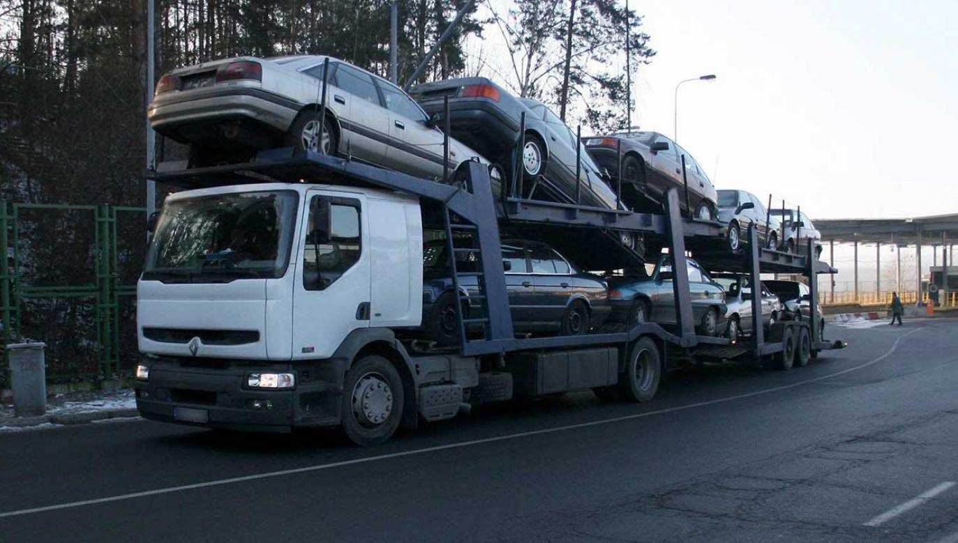 W ciągu pierwszych 11 miesięcy tego roku do Polski zostało sprowadzonych prawie 865 tys. używanych samochodów osobowych (fot. arch.  PAP/Lech Muszyński)