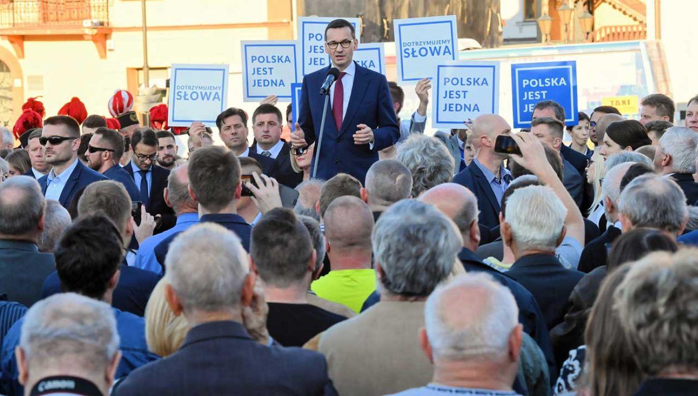 Premier Mateusz Morawiecki podczas spotkania wyborczego Prawa i Sprawiedliwości w Bochni (fot. PAP/Jacek Bednarczyk)