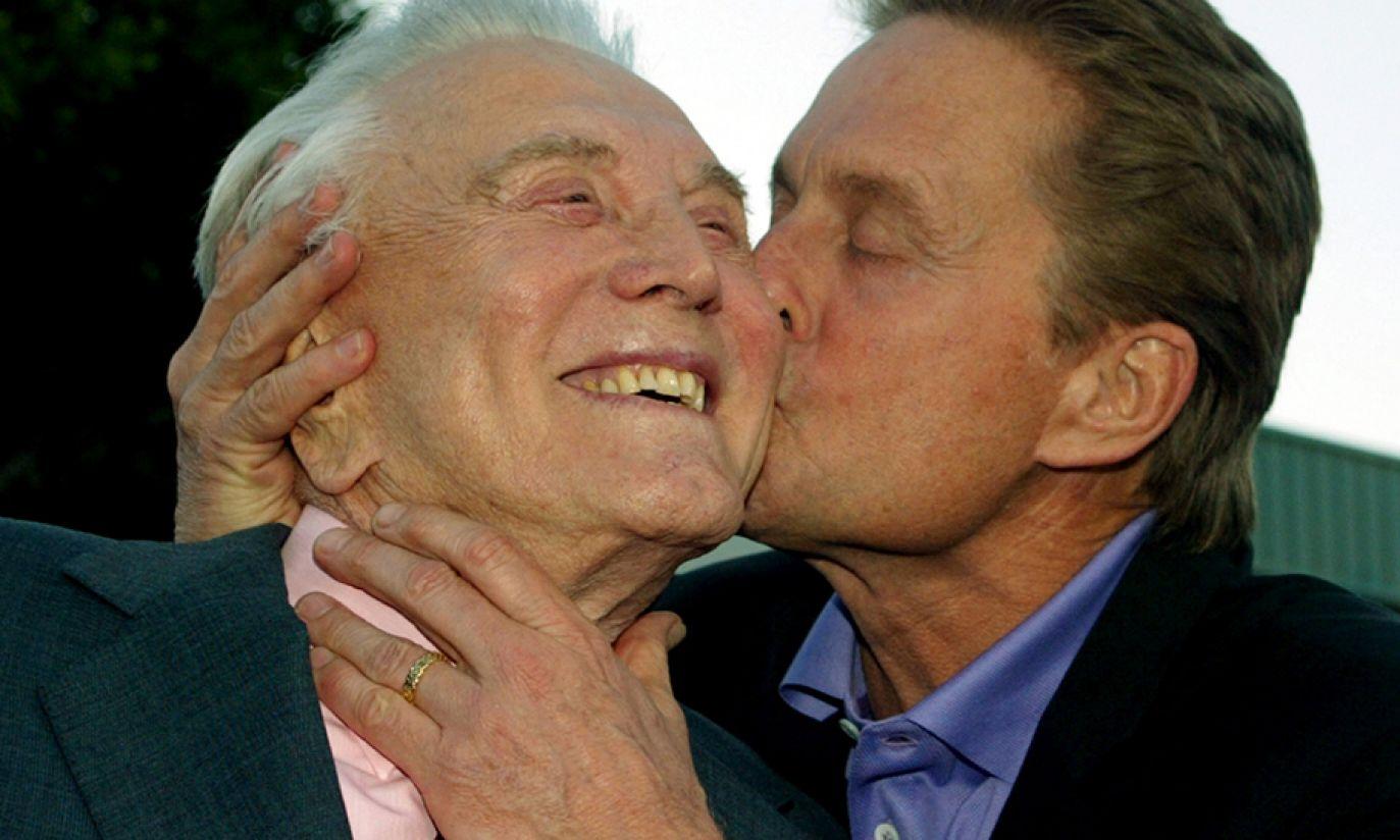 "Kirk i Michael Douglasowie na premierze swojego wspólnego filmu ""It Runs In The Family"" w 2003 roku (fot. Reuters Pictures/Fred Prouser)"