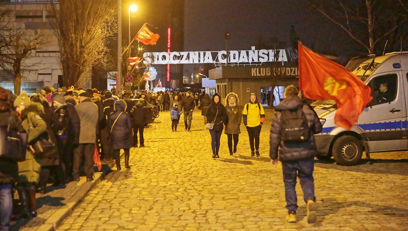 Kolejka do Europejskiego Centrum Solidarności, gdzie wystawiono trumnę z ciałem prezydenta Gdańska Pawła Adamowicza (fot. PAP/Tomasz Waszczuk)
