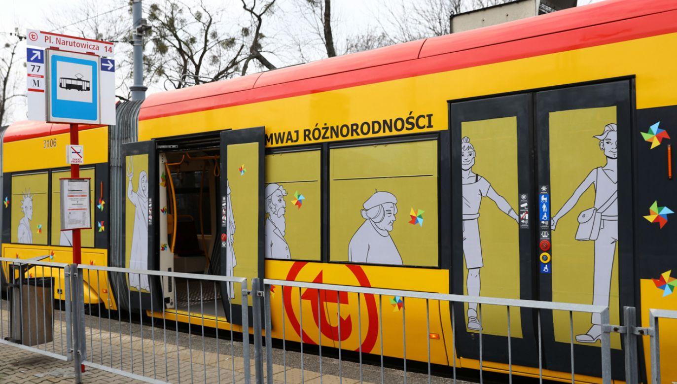 """""""Tramwaj Różnorodności"""" wyruszył w trasę z pl. Narutowicza (fot. PAP/Rafał Guz)"""