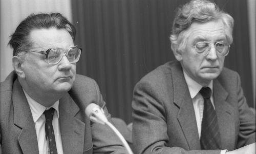Luty1991. Konferencja Komitetów Obywatelskich w Sali Kolumnowej Sejmu. Jan Olszewski i Zdzisław Najder. Fot. PAP/Adam Urbanek