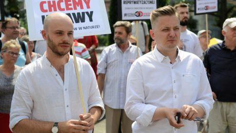Jan Śpiewak i rzecznik PSL, kandydat na prezydenta Warszawy Jakub Stefaniak podczas demonstracji ws. ustawy reprywatyzacyjnej. Fot: PAP/Jakub Kamiński