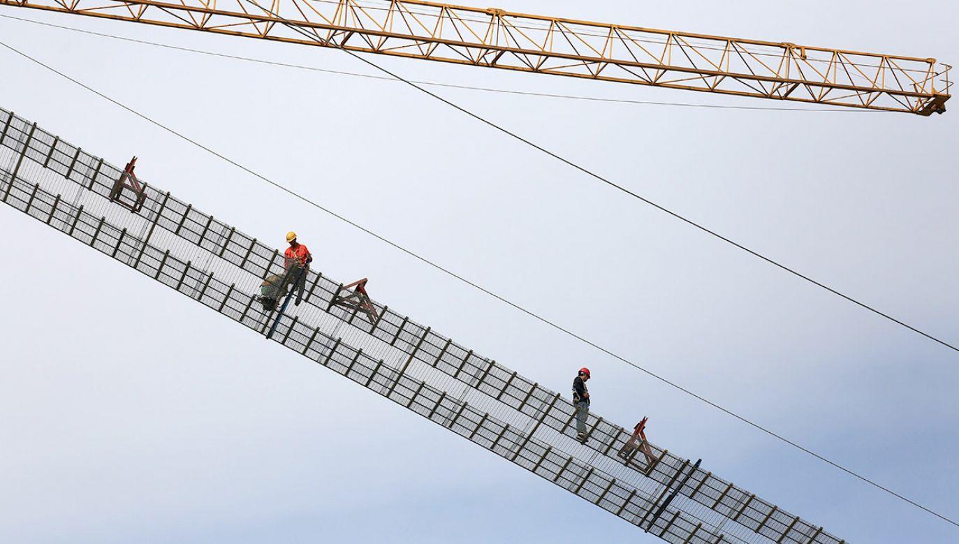 Konstrukcja mostu od robotników wymaga nie lada kompetencji (fot. REUTERS/Stringer, zdjęcie ilustracyjne)