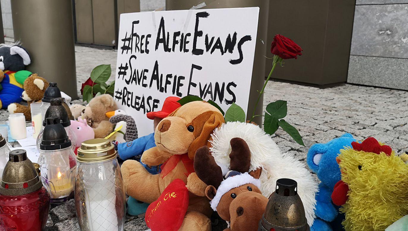 To wyraz solidarności z dwuletnim Alfie Evansem (fot. Portal TVP info)