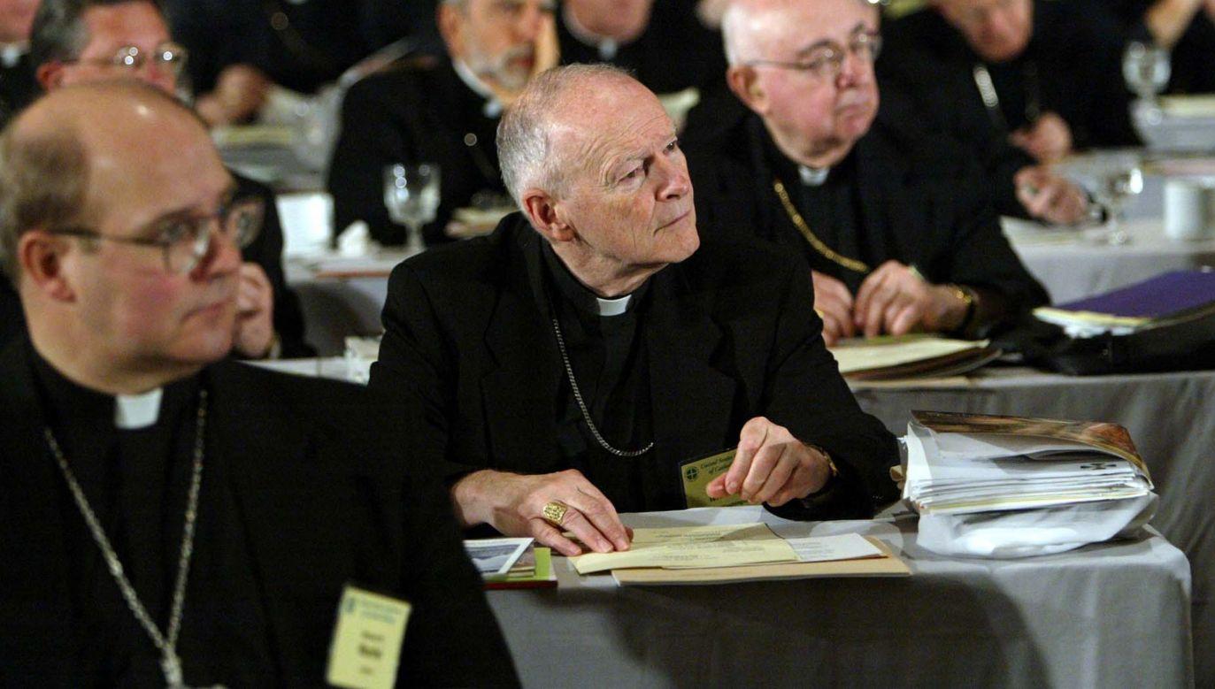 Kardynał Theodore McCarrick w latach 1971-72 miał dopuścić się molestowania ministranta w Nowym Jorku. Sprawa wyszłana jaw w 2018 roku. Hierarcha nie przyznał się, do winy, ale na polecenie papieża zrzekł sie godności kardynalskiej. W lutym 2019 ostatecznie został wydalony ze stanu duchownego. Na fotografii (w środku) kard. McCarrick w 2003 roku podczas konferencji biskupów amerykańskich w St. Louis. Fot. Bill Greenblatt/Getty Images