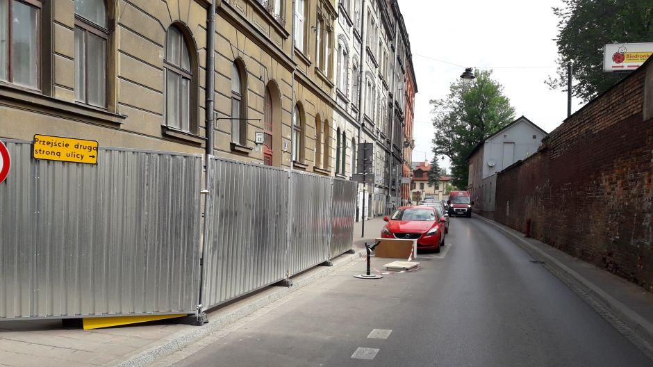 Przejście drugą stroną ulicy, ale gdzie ta druga strona? Ul. Zacisze w Krakowie, fot. Alicja Czekaj