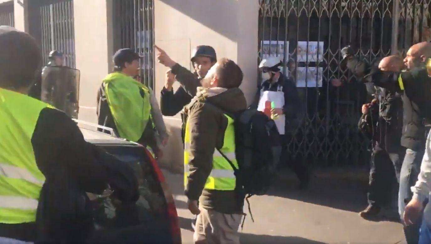 Manifestanci zaatakowali żydowskiego filozofa, który popierał protest, ale skrytykował liderów za gwiazdorstwo (fot. TT/Charles Baudry)