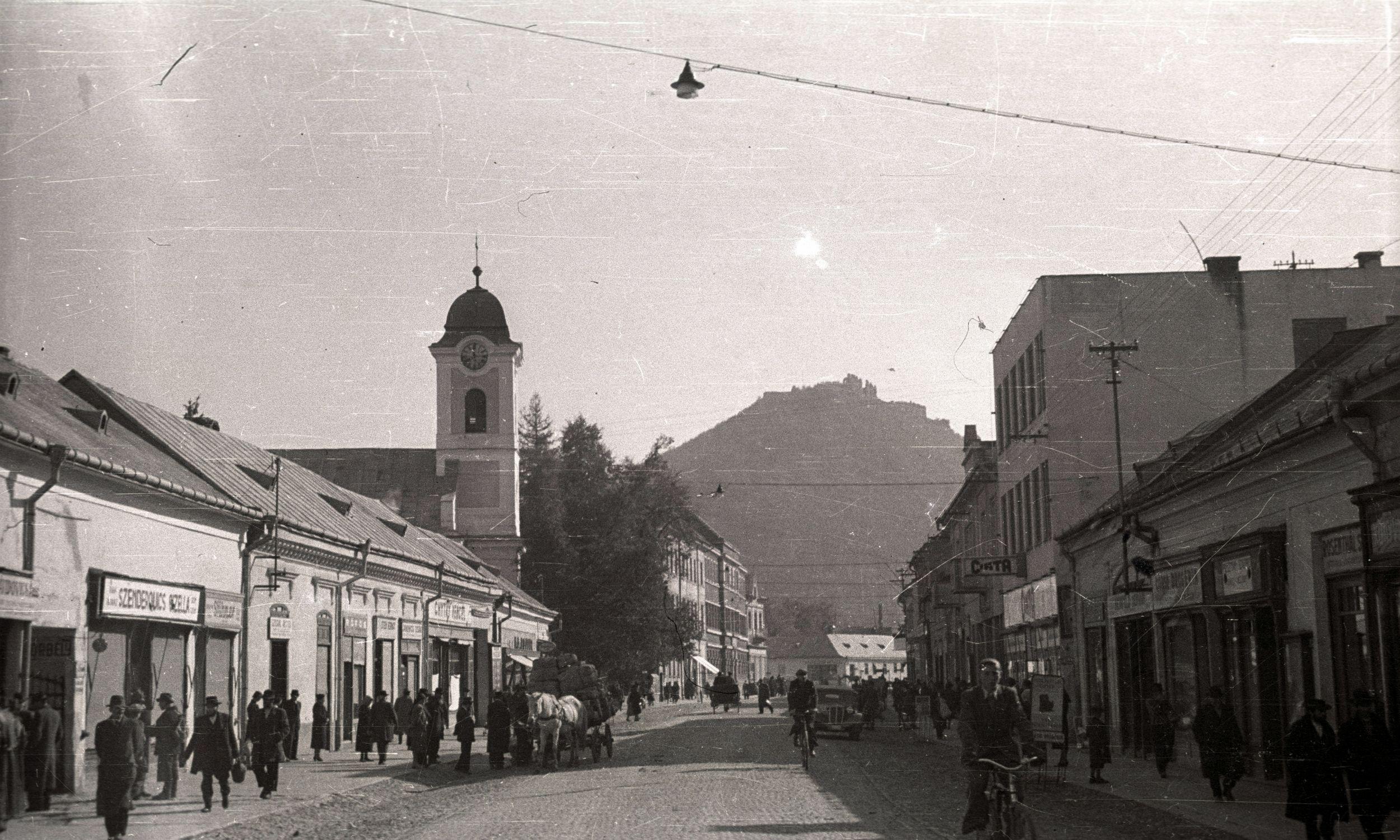 Ul. Siczy Karpackiej,widoczny kościół św. Anny, w tle zamek. Fot. Wikimedia/FORTEPAN / Pálfi András, CC BY-SA 3.0