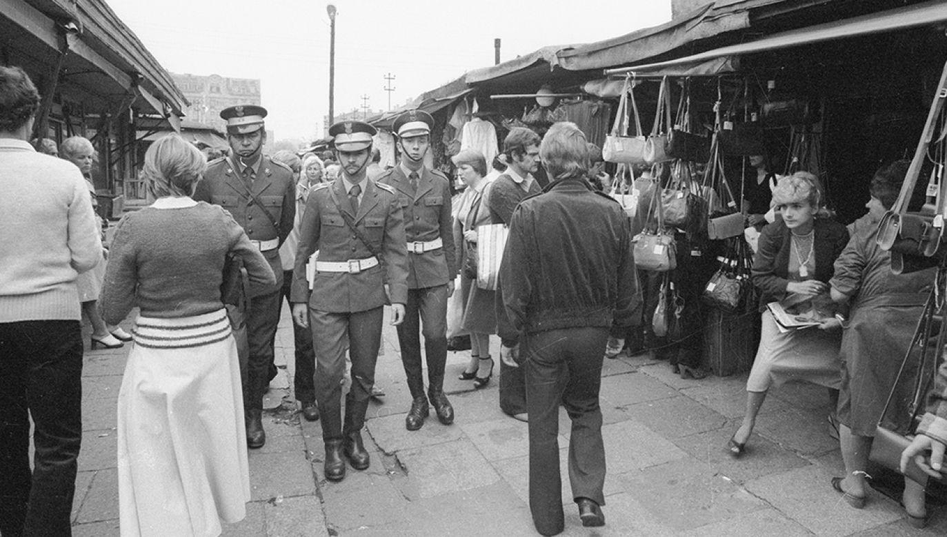 Antyspekulacyjne patrole wojska i milicji na bazarze Różyckiego, sierpień 1981 (fot. arch.PAP/CAF/Marek Broniarek)