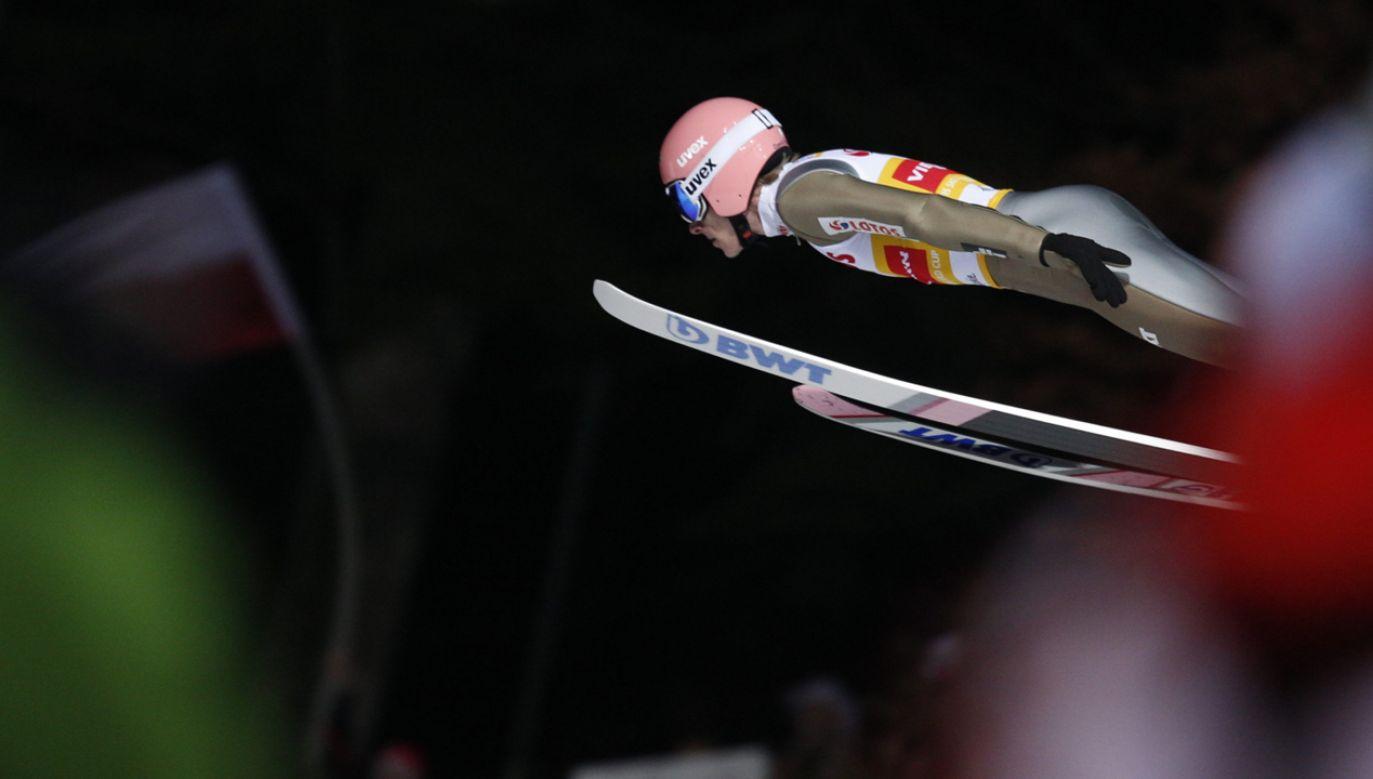 Dawid Kubacki podczas pierwszej serii skoków konkursu drużynowego Pucharu Świata (fot.  PAP/Andrzej Grygiel)