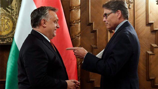 Premier Węgier Viktor Orban przyjął Ricka Perry'ego (fot. PAP/EPA/SZILARD KOSZTICSAK)