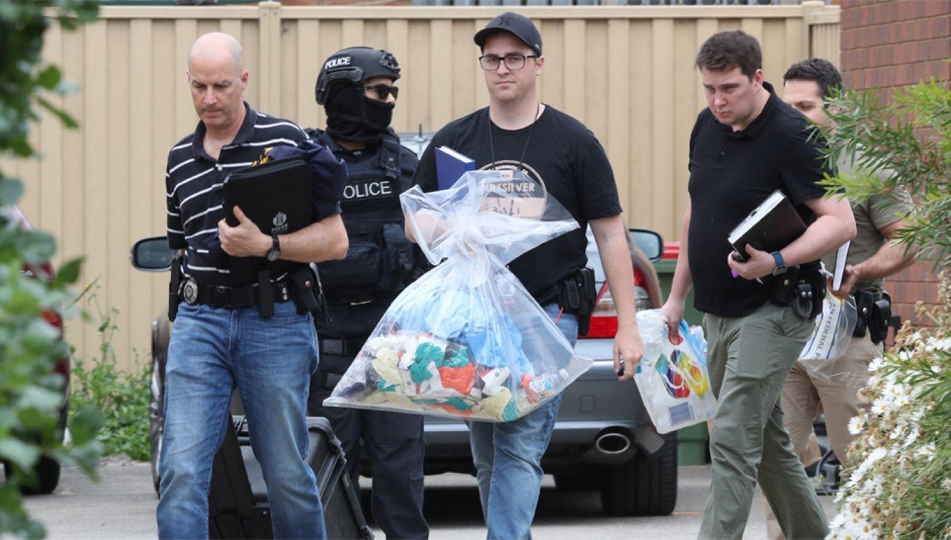 Policja przeszukała mieszkania zatrzymanych i zabezpieczyla materiał dowodowy (fot. PAP/EPA/DAVID CROSLING)