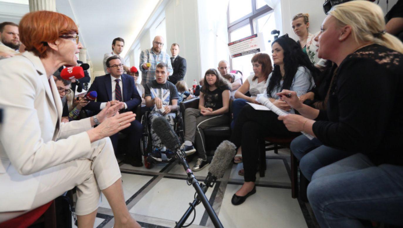 W piątek z protestującymi rodzicami osób niepełnosprawnych i ich podopiecznymi spotkała się minister Elżbieta Rafalska (fot. PAP/Leszek Szymański)