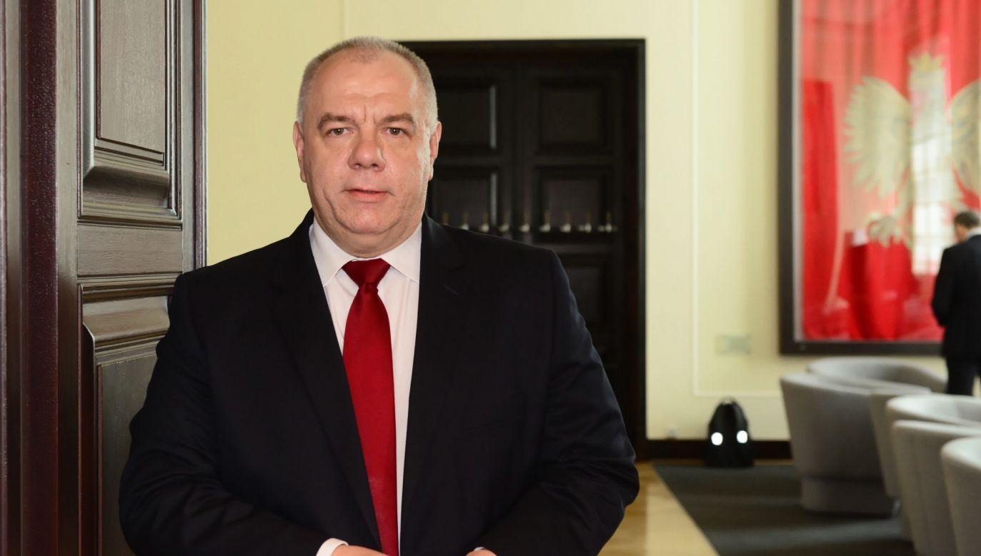 Wiceprezes Rady Ministrów Jacek Sasin przed posiedzeniem rządu (fot. PAP/Jakub Kamiński)
