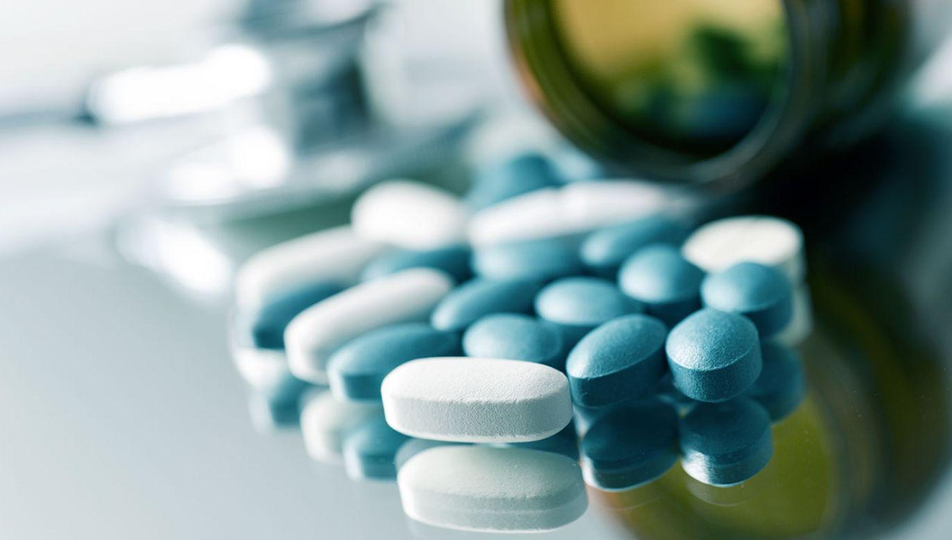 """Postawiono zarzuty m.in. """"naruszenia zakazu zbycia produktów leczniczych z apteki ogólnodostępnej lub punktu aptecznego do hurtowni farmaceutycznej kwalifikowane"""" (fot. Shutterstock/nito)"""