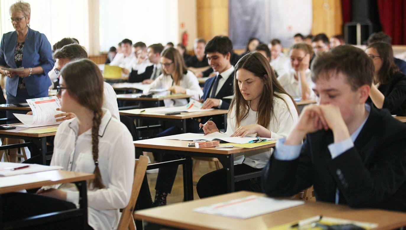 """Zdaniem NIK """"nauczanie matematyki w szkołach pozostawia wiele do życzenia""""  (fot. arch.PAP/Lech Muszyński, zdjęcie ilustracyjne)"""