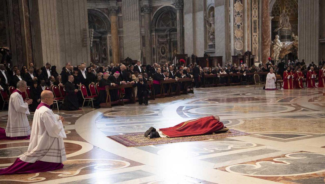 Ojciec Święty leżał dłuższą chwilę pogrążony w modlitwie, przed głównym ołtarzem (fot. PAP/EPA/MAURIZIO BRAMBATTI)