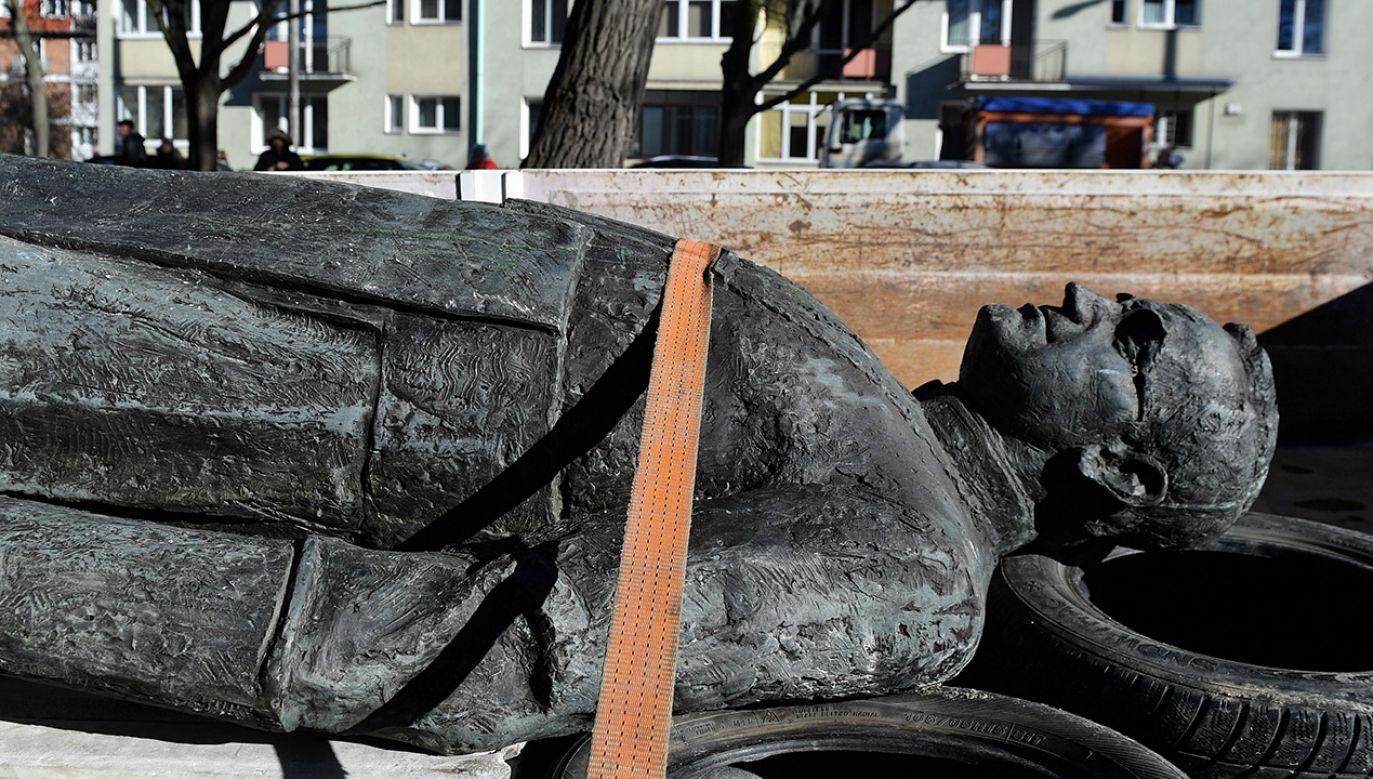 To kolejny w ostatnim czasie atak na pomnik ks. Jankowskiego (fot. PAP/Marcin Gadomski)