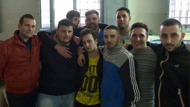 """Mafiosi w więzieniu, wśród nich są tacy, którzy zaczynali jako dzieci. Kadr z filmu """"Robinù""""  (fot. materiały prasowe) (fot."""