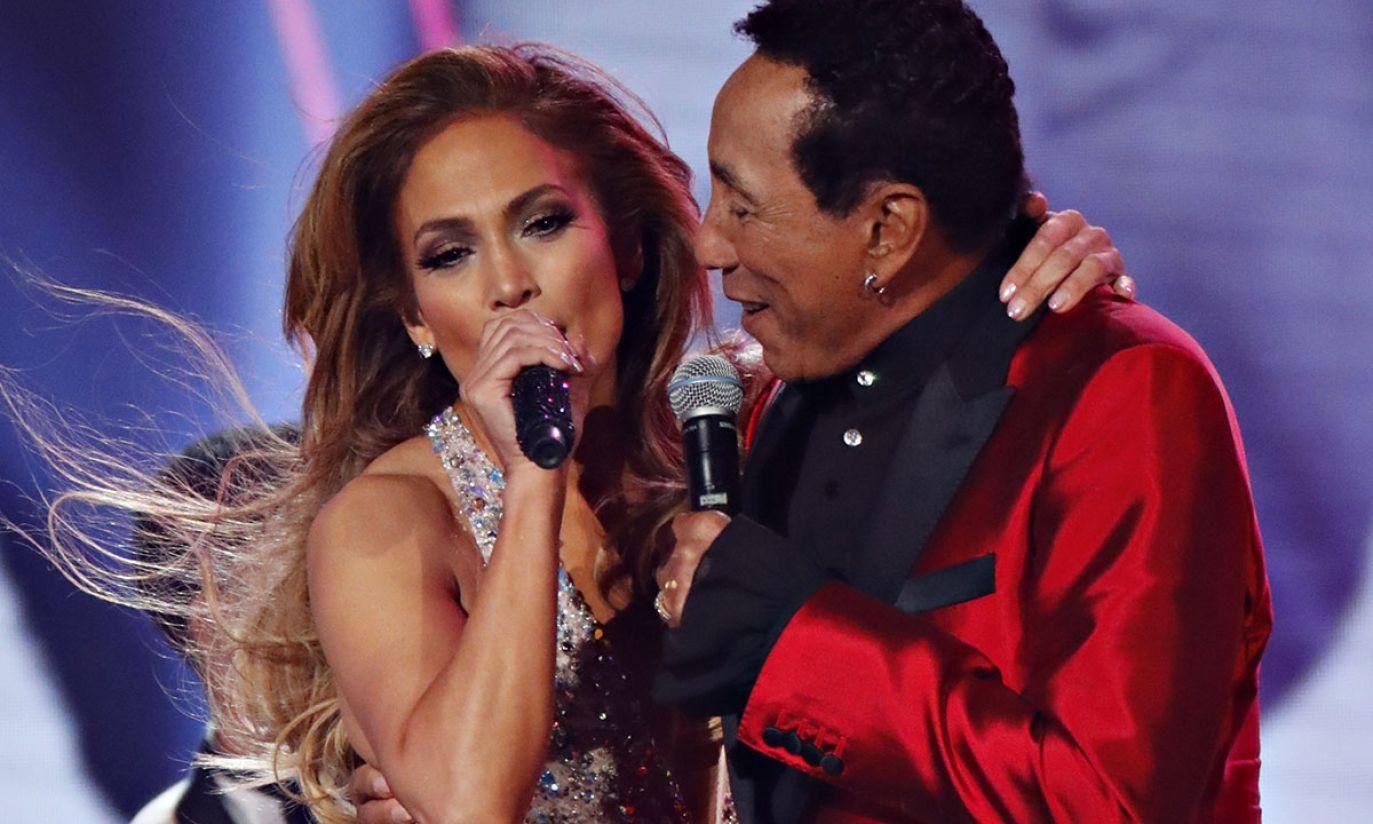 Jennifer Lopez i Smokey Robinson (fot. REUTERS/Mike Blake)