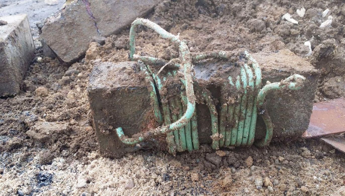W 14 skrzynkach znaleziono ok. 30 kg trotylu z czasów II wojny światowej (fot. KPP w Piszu)