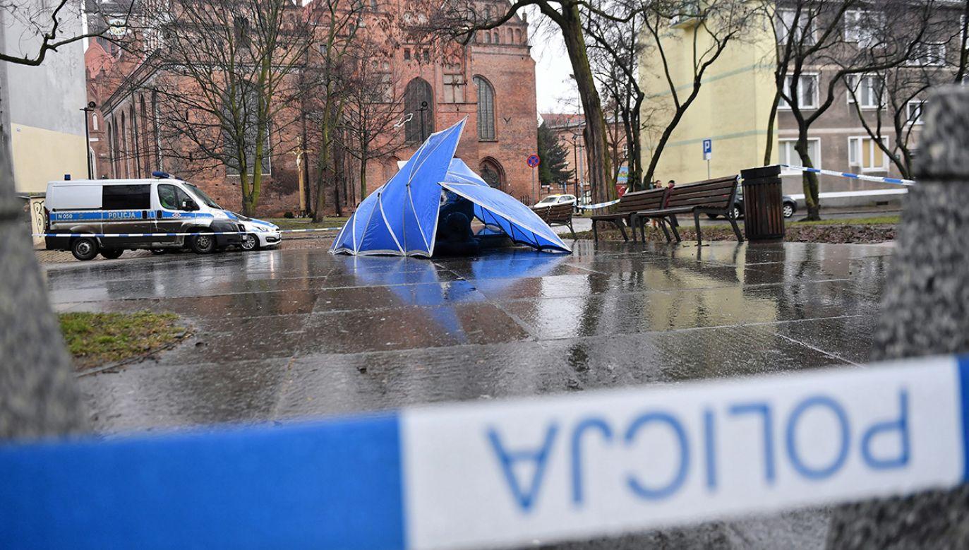 Sprawcom przewrócenia pomnika ks. Jankowskiego może grozić grzywna lub ograniczenie wolności (fot. PAP/Marcin Gadomski)