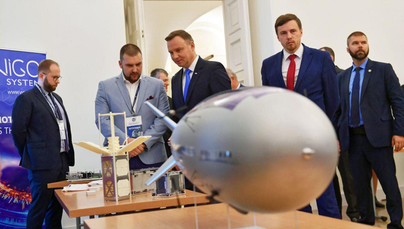 """Prezydent Andrzej Duda zwiedził wystawę eksponatów w ramach konferencji """"Technologie przyszłości. Przemysł kosmiczny"""" (fot. PAP/Marcin Obara)"""