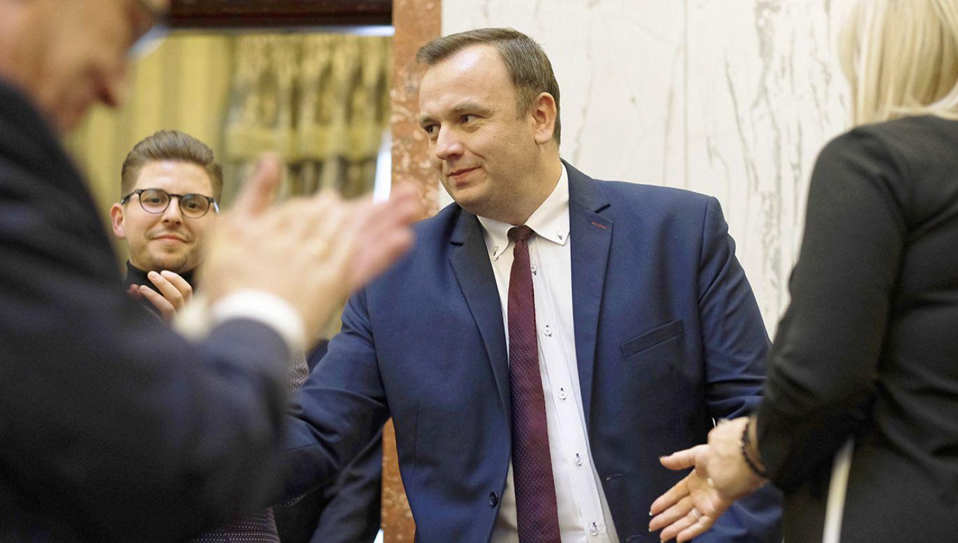 Jakub Chełstowski (C) z PiS został wybrany nowym marszałkiem województwa śląskiego, podczas I sesji Sejmiku Województwa Śląskiego VI kadencji  (fot.  PAP/Andrzej Grygiel)