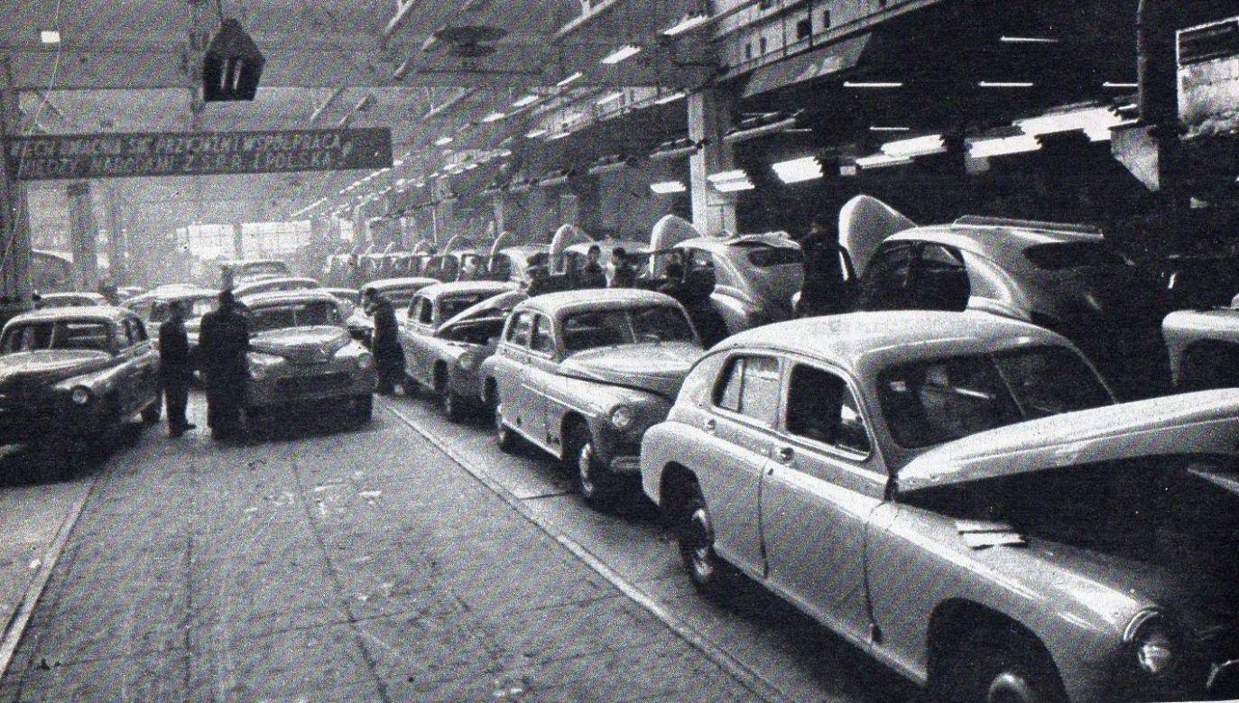 Polski: Linia montażowa samochodów marki warszawa. Lata 50. XX wieku. Zdjęcie z pisma Młody Technik, 11/1974 r., s.46. Fot. Wikimedia