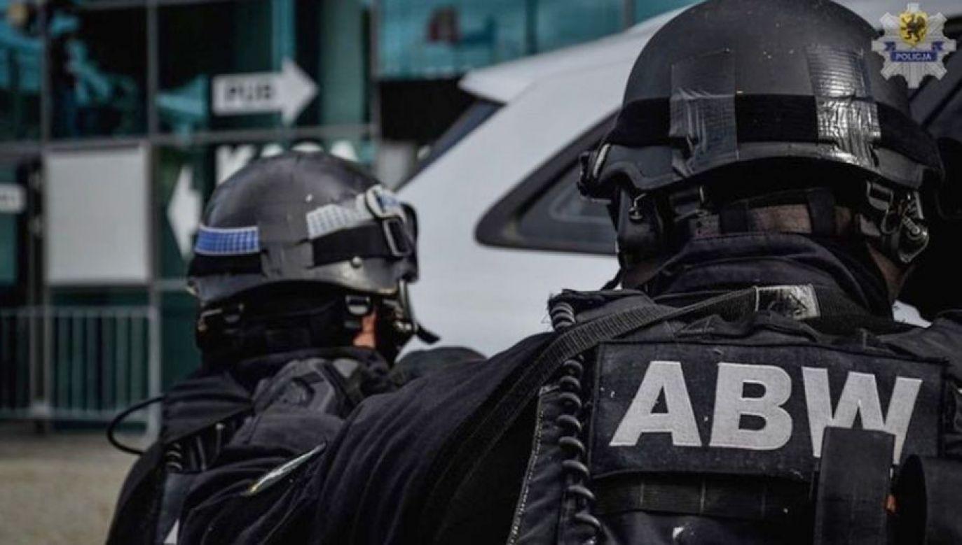 Funkcjonariusze ABW zatrzymali byłego biegłego (fot. ABW)
