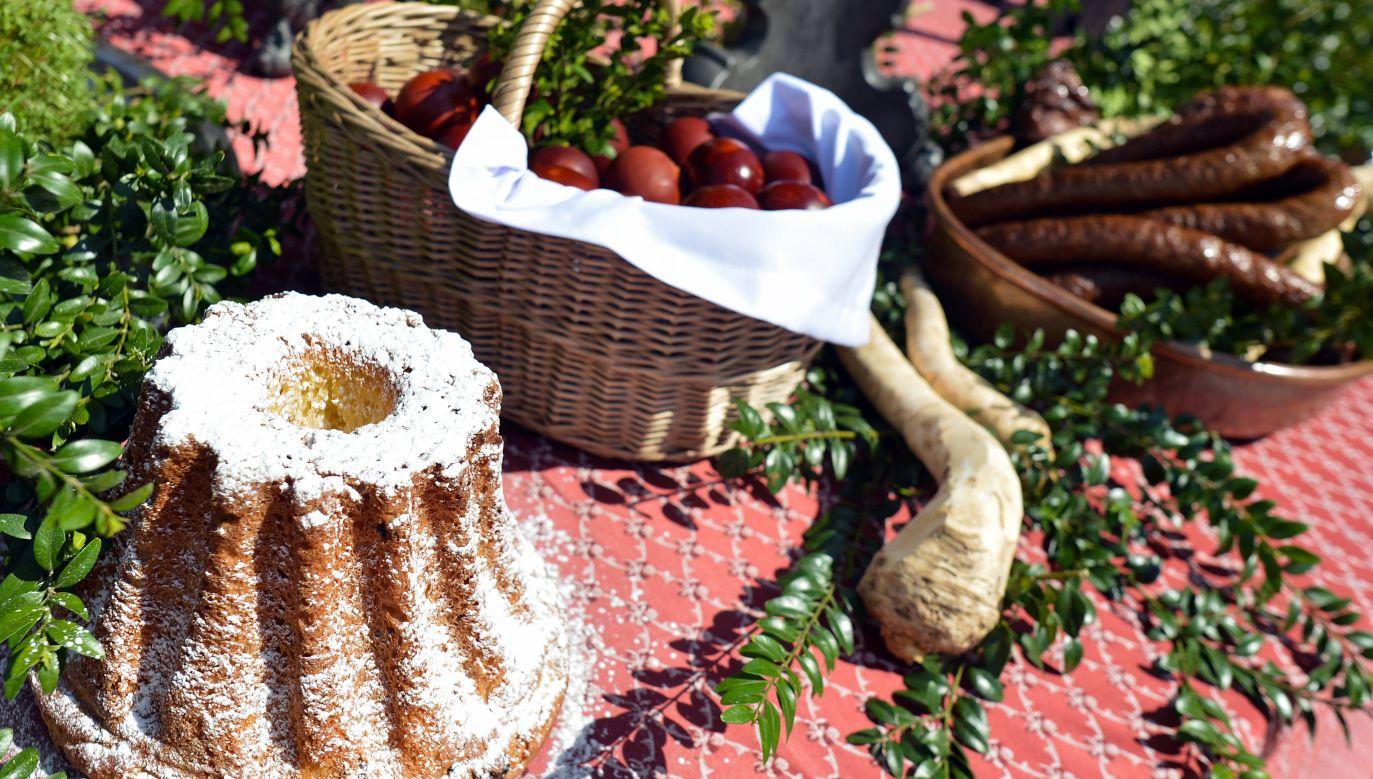 Dla potrzebujących można zostawić m.in. cukier, mąkę, sól, różne wypieki i dania (Photo by Artur Widak/NurPhoto via Getty Images)