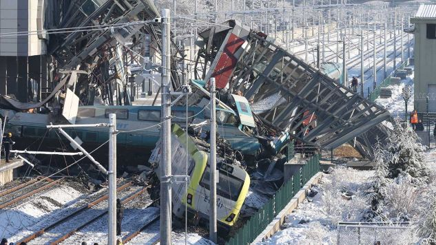 W miejscu wypadku trwa akcja ratunkowa (fot. PAP/EPA/STRINGER)