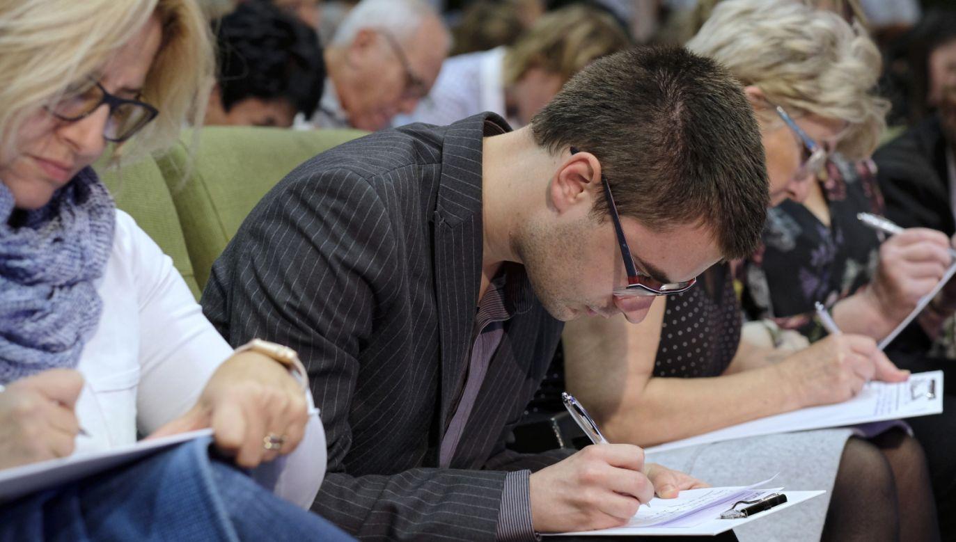 Pisanie trwało ponad 40 minut, dwukrotne sprawdzanie przez 60 osób – trzy i pół godziny (fot. PAP/Andrzej Grygiel)
