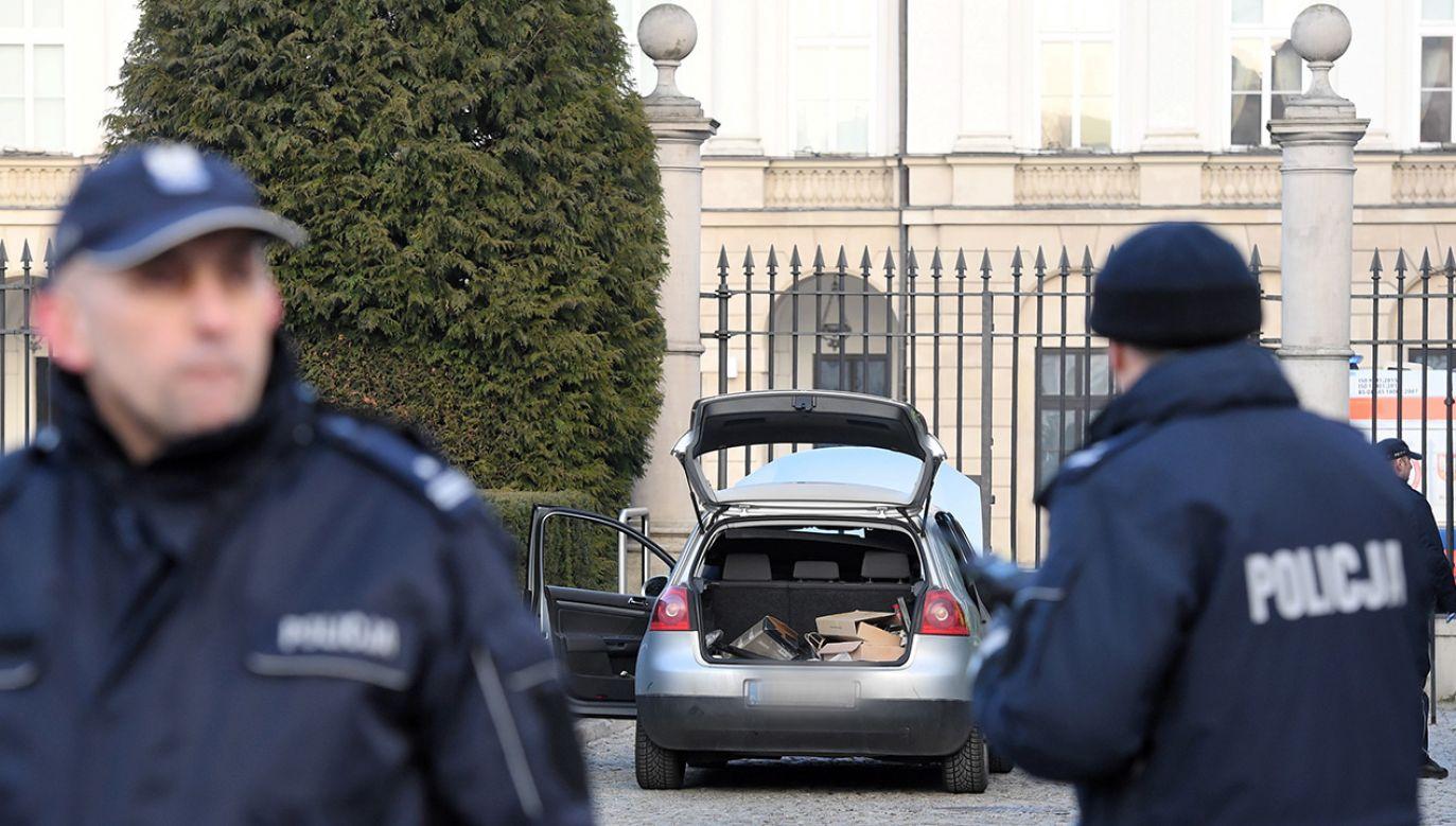 Próbowano sforsować samochodem bramę Pałacu Prezydenckiego (fot. PAP/Radek Pietruszka)